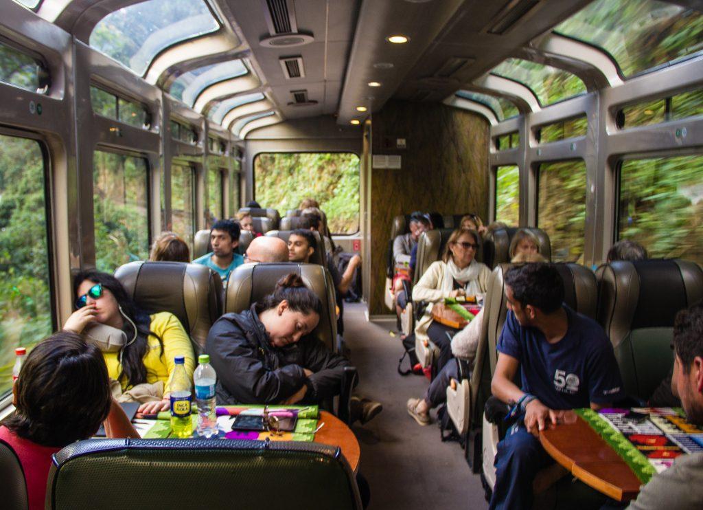 interior do trem para águas calientes machu picchu