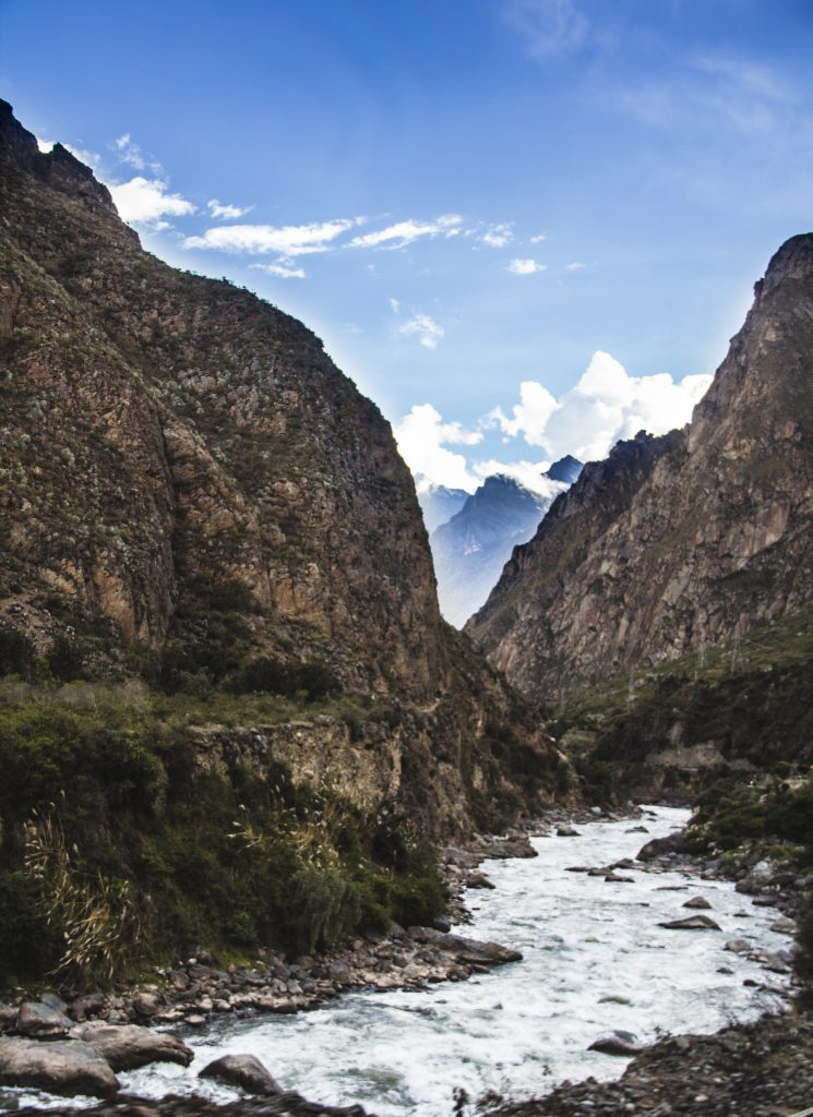 Vista da janela do trem para Águas Calientes Machu Picchu
