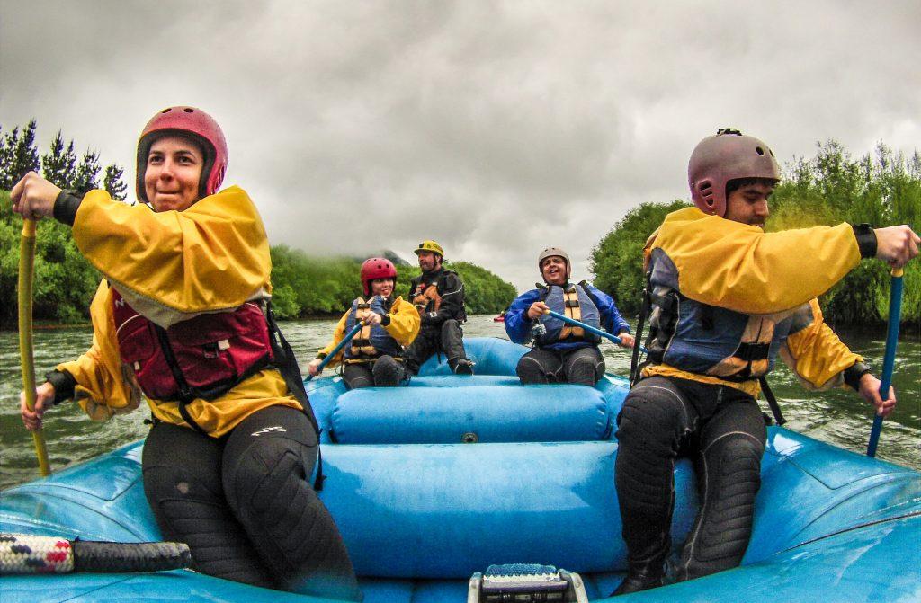 casal remando no bote de rafting no rio trancura em Pucón, Chile