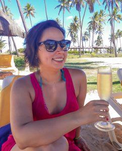 Eu tomando espumante na beira da piscina do iberostar praia do forte