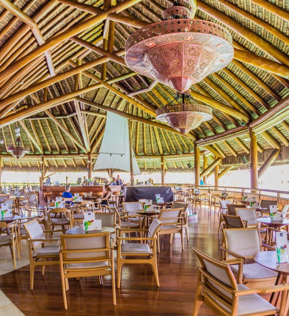 foto interna do bar do iberostar praia do forte