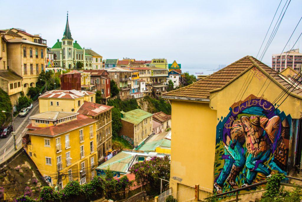 grafittis de Valparaíso e prédios históricos ao fundo