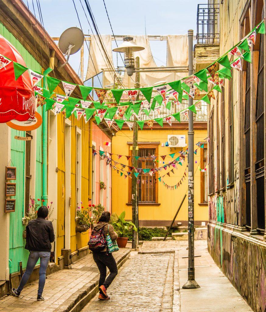 Meninas andando em uma ruazinha de Valparaíso