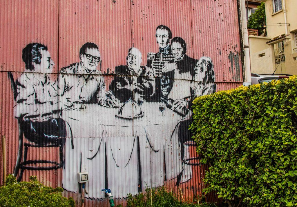 Detalhe de grafitti em casa com fachada de zinco em Valparaíso