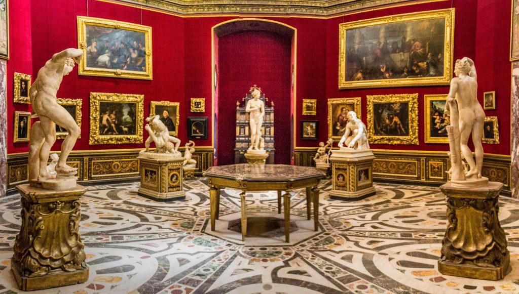 Sala com quadros e estátuas e rica decoração na Galleria degli Uffizi, em Florença. Vale a pena comprar o Firenze card