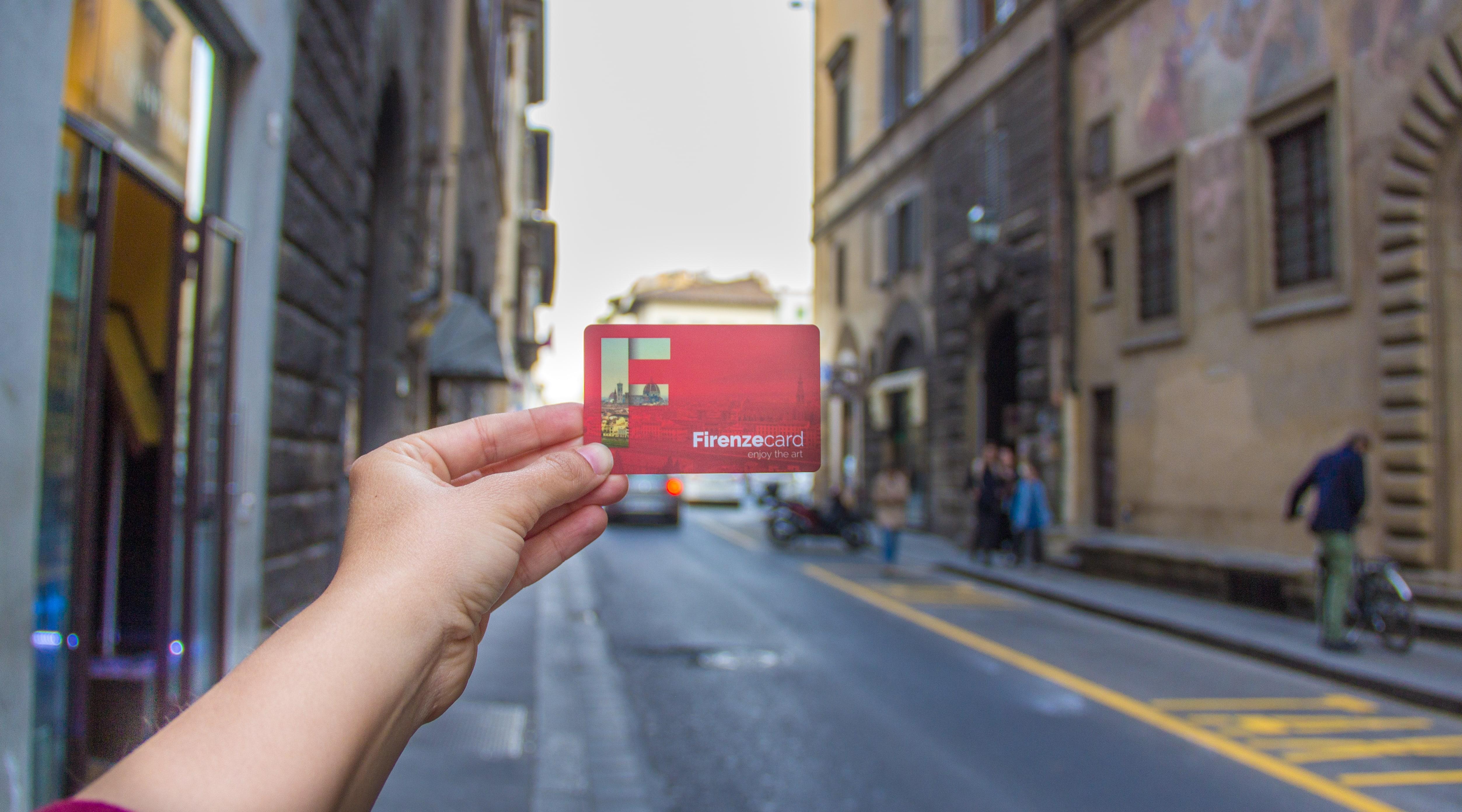 mão segurando um Firenze Card
