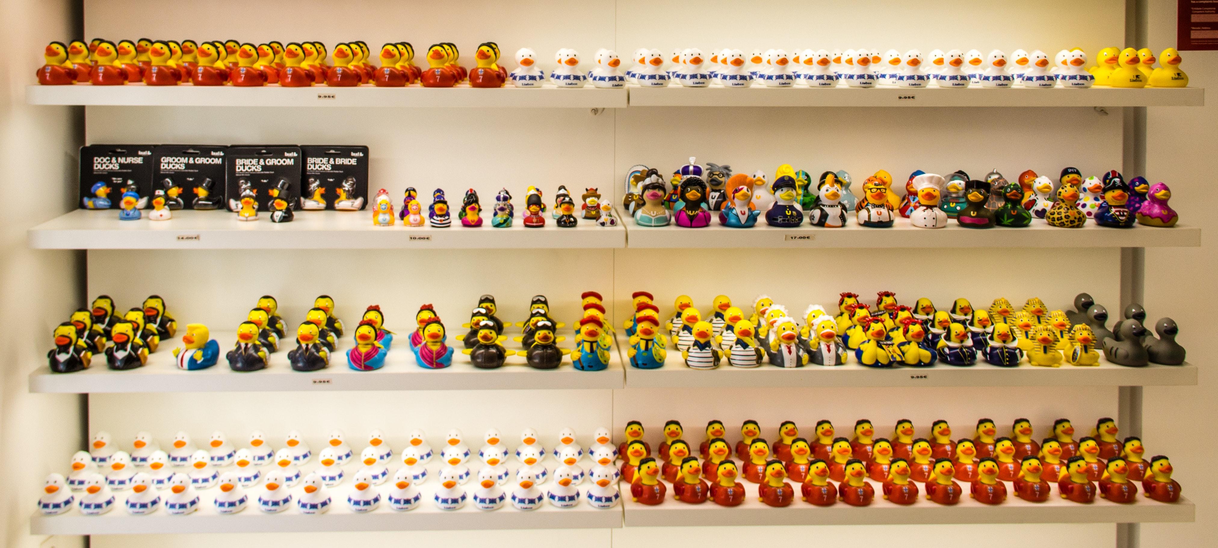 prateleira com patos de borracha em loja de Lisboa