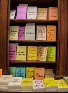 Prateleira com livros em loja de Lisboa