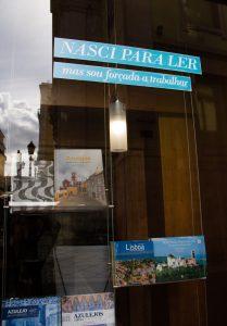 """""""Nasci para ler mas sou obrigado a trabalhar"""" adesivo em fachada de uma loja em Lisboa"""