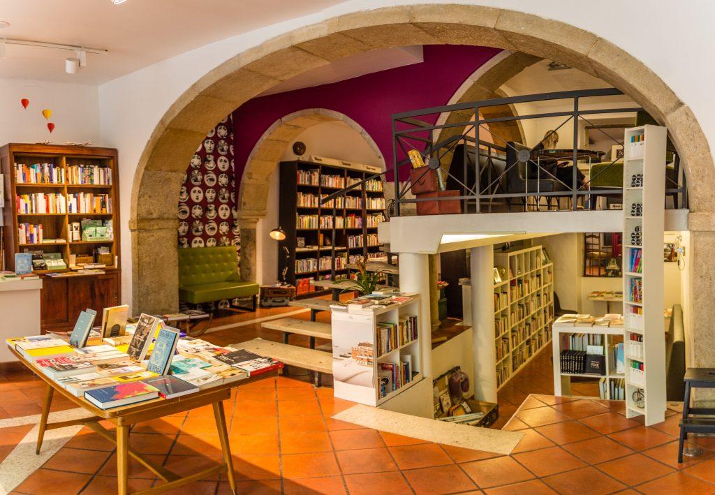 Vista interna de uma livraria