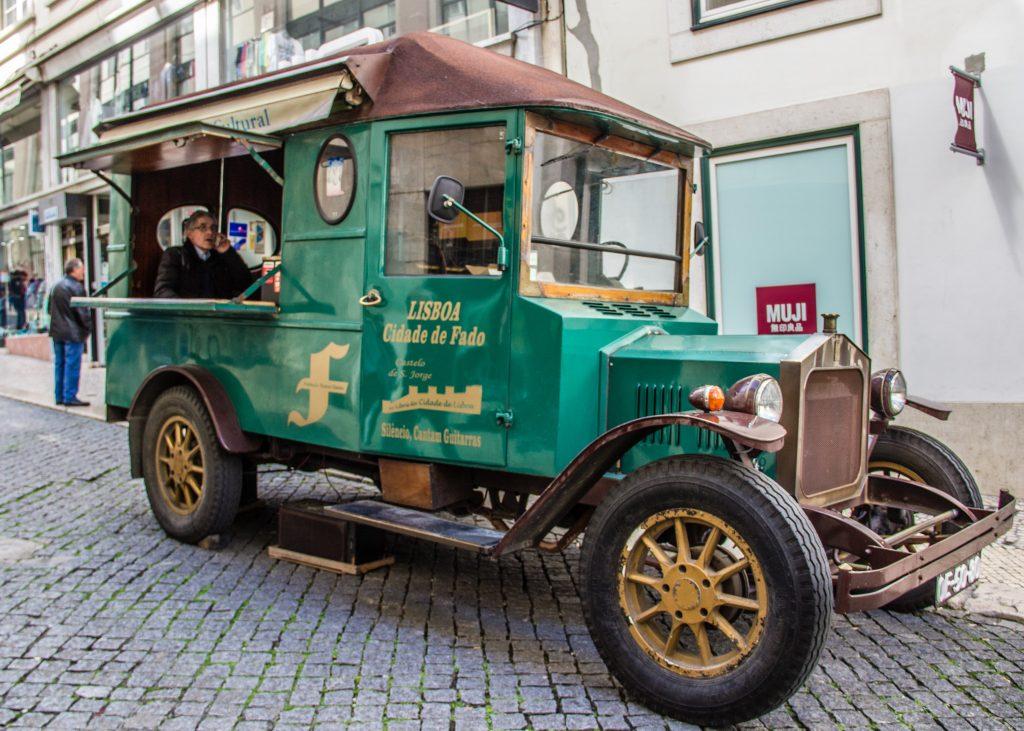 Carro de época verde - umas das lojas em lisboa que vale a pena visitar