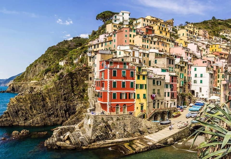 encosta com casinhas coloridas na beira do mar - saudade de casa