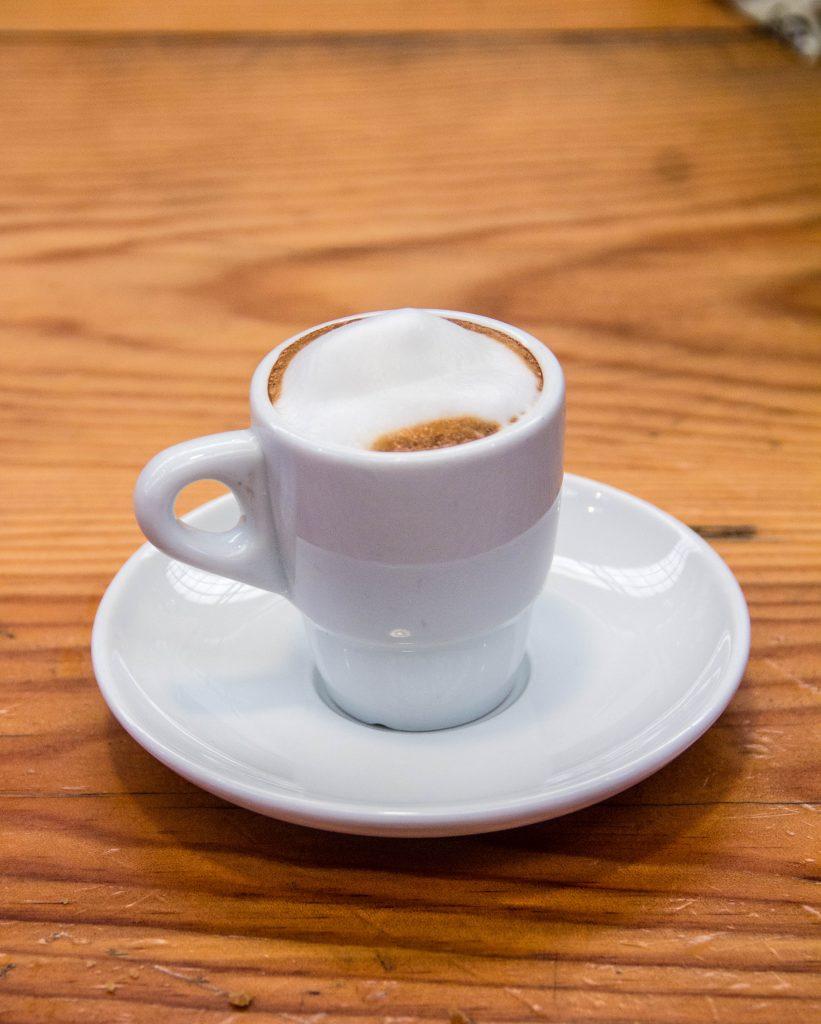 Xícara de café em cima da mesa - restaurante barato em Lisboa