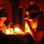 Jantar No Escuro: comer de olhos fechados e coração aberto