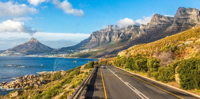 estrada com montanhas ao fundo - viajar sozinha africa do sul