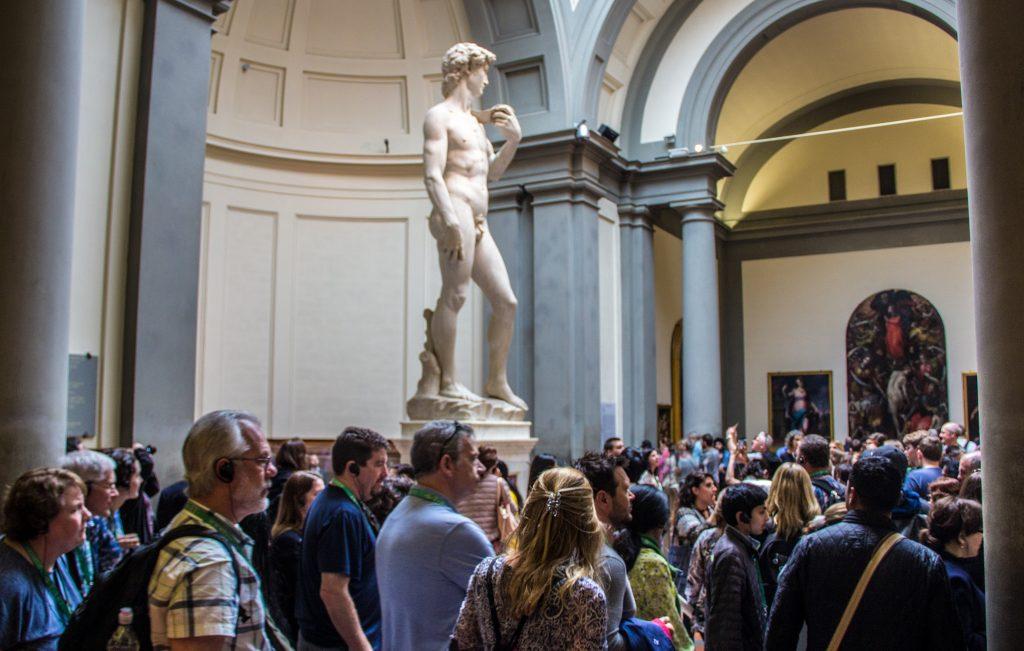 Estátua Davi de Michelangelo rodeada de uma multidão. Roteiro de 3 dias em Florença