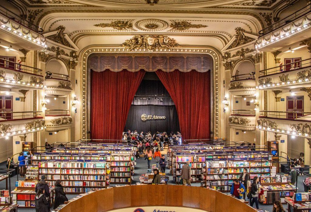 interior da livraria Ateneo com estantes de livros e palco ao fundo - o que fazer em Buenos Aires com chuva