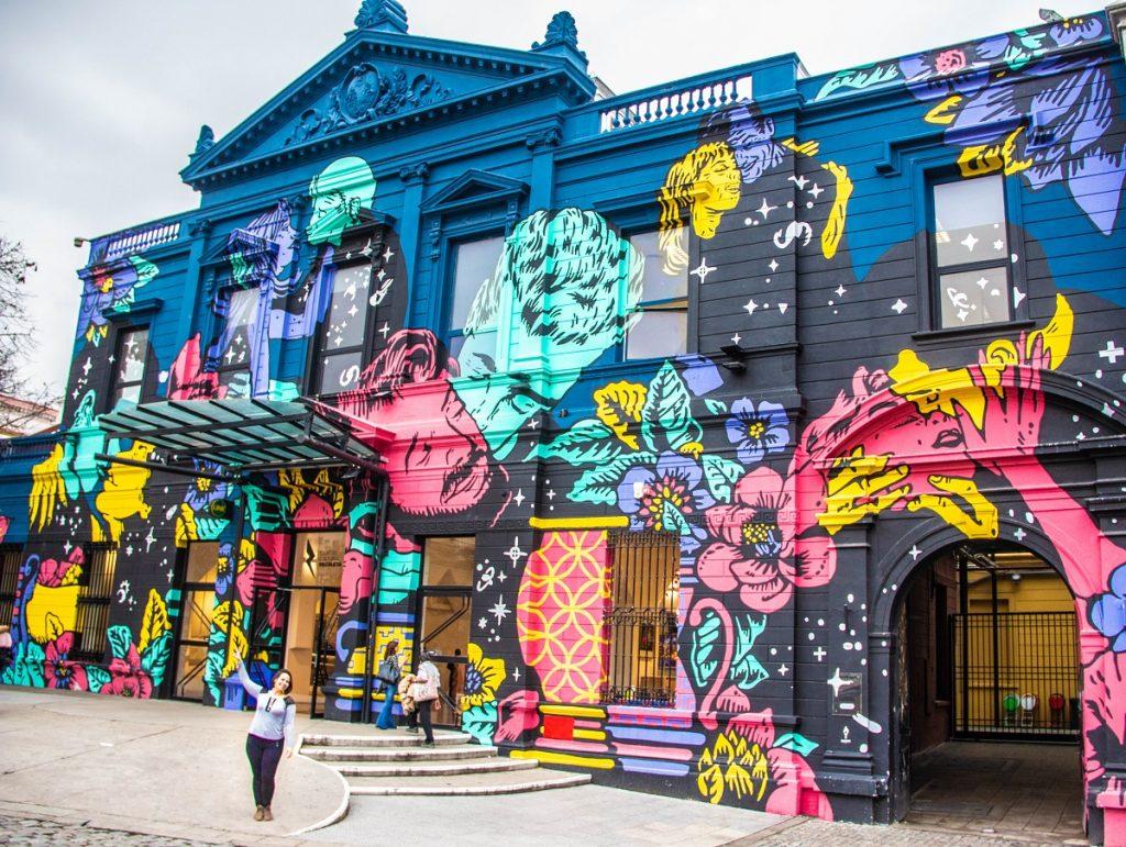 Fachada com grafittis do Centro Cultural Recoleta - o que fazer em Buenos Aires com chuva