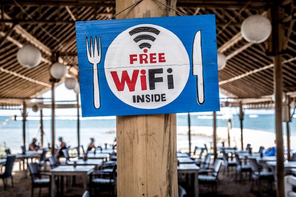 placa escrito free wifi em um restaurante de frente para o mar - internet no exterior