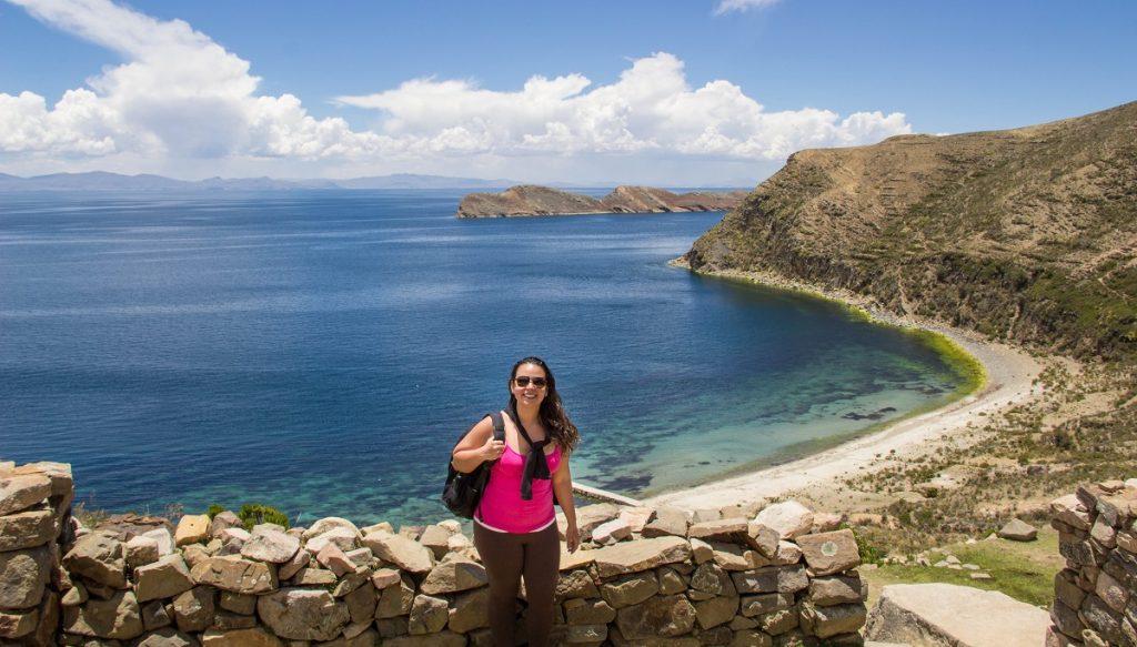 Mulher em frente a um lago azul - cinco anos como nomade digital