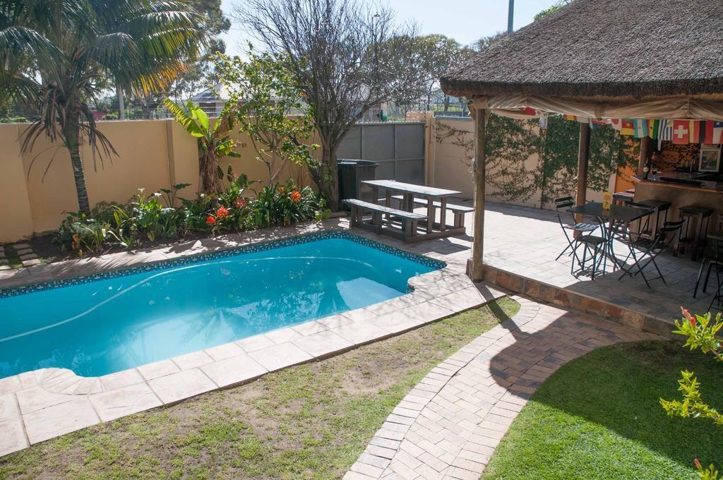 piscina e área de descanso ao fundo - onde ficar em cape town